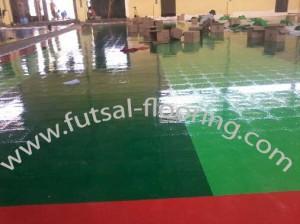 proses instalasi flooring futsal lapisan lantai 2
