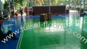 proses instalasi flooring futsal lapisan lantai 6