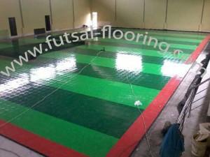 proses instalasi flooring futsal lapisan lantai 8