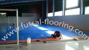 proses instalasi flooring futsal lapisan lantai 3