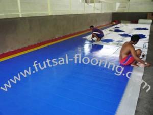 proses instalasi flooring futsal lapisan lantai 7
